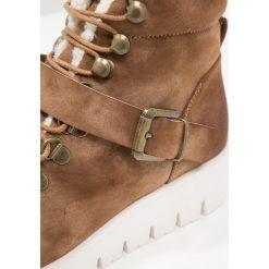 Pieces PSPURLEY BOOT Botki na platformie cognac. Brązowe buty zimowe damskie Pieces, z materiału, na platformie. Za 299,00 zł.