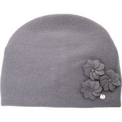 Szara czapka z trzema kwiatami QUIOSQUE. Szare czapki zimowe damskie QUIOSQUE, w kwiaty, z wełny. Za 99,99 zł.