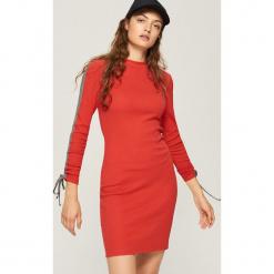 Bawełniana sukienka z lampasami - Czerwony. Czerwone sukienki z falbanami marki Sinsay, l, z bawełny. W wyprzedaży za 29,99 zł.