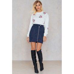 Bluzy rozpinane damskie: Andrea Hedenstedt x NA-KD Bluza z haftem - White