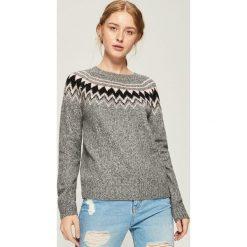 Sweter z geometrycznym wzorem - Jasny szar. Szare swetry klasyczne damskie marki Sinsay, l. Za 59,99 zł.