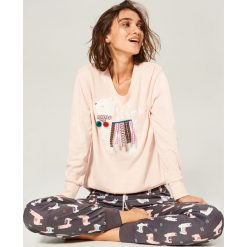 Piżama ze spodniami - Różowy. Czerwone piżamy damskie marki Astratex, z nadrukiem, z bawełny. Za 129,99 zł.