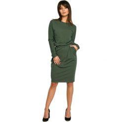 BELINDA Sukienka z gumą w pasie i z długimi rękawami - militarno zielona. Zielone sukienki dzianinowe BE, do pracy, l, biznesowe, z długim rękawem, dopasowane. Za 159,90 zł.