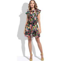 Sukienki hiszpanki: Czarna Letnia Sukienka z Tropikalnym Wzorem z Ozdobnymi Falbankami