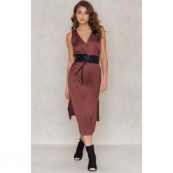NA-KD Exclusive Sukienka z dekoltem V i rozcięciami - Red. Czerwone sukienki na komunię marki NA-KD Exclusive, z wiskozy. W wyprzedaży za 48,59 zł.