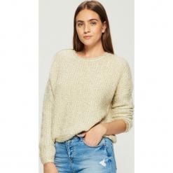 Krótki sweter - Złoty. Żółte swetry klasyczne damskie marki Mohito, l, z dzianiny. Za 79,99 zł.