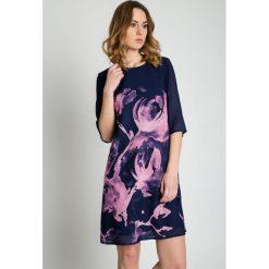 Sukienki: Granatowa sukienka w różowe kwiaty BIALCON