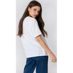 NA-KD T-shirt Rose Sleeve Embroidery - White. Białe t-shirty damskie marki NA-KD, z bawełny, z okrągłym kołnierzem. W wyprzedaży za 42,67 zł.