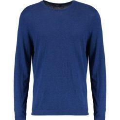 Calvin Klein SAUL CREW NECK Sweter blue. Pomarańczowe kardigany męskie marki Calvin Klein, l, z bawełny, z okrągłym kołnierzem. W wyprzedaży za 359,20 zł.