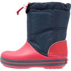 Crocs CROCBAND LODGEPOINT Kozaki navy/red. Różowe buty zimowe damskie marki Crocs, z materiału. W wyprzedaży za 129,35 zł.