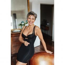 Modelująca sukienka w kolorze czarnym. Czarne sukienki balowe marki Scottage, w koronkowe wzory, z koronki. W wyprzedaży za 68,95 zł.