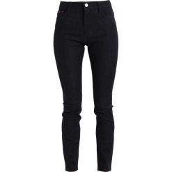 Tommy Jeans HIGH RISE SANTANA Jeans Skinny Fit black denim. Czarne jeansy damskie relaxed fit marki Tommy Jeans. W wyprzedaży za 356,15 zł.