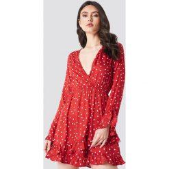 Linn Ahlborg x NA-KD Kopertowa sukienka w kropki - Red. Czerwone długie sukienki marki Linn Ahlborg x NA-KD, w kropki, z kopertowym dekoltem, z długim rękawem, kopertowe. Za 161,95 zł.