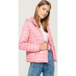 Pikowana kurtka z kapturem - Różowy. Czerwone kurtki damskie pikowane marki Sinsay, l, z kapturem. W wyprzedaży za 59,99 zł.