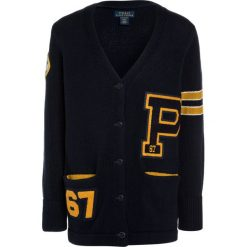 Polo Ralph Lauren VARSITY CARD Kardigan hunter navy. Niebieskie swetry chłopięce Polo Ralph Lauren, z bawełny. W wyprzedaży za 496,30 zł.
