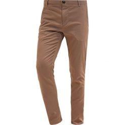 Chinosy męskie: Knowledge Cotton Apparel PISTOL JOE Spodnie materiałowe sand