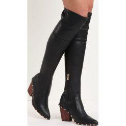 Czarne Kozaki Something Big. Czarne buty zimowe damskie Born2be, z materiału, ze szpiczastym noskiem, na niskim obcasie, na słupku. Za 94,99 zł.