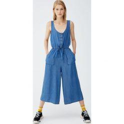 Kombinezon ze spodniami i guzikami z przodu. Niebieskie kombinezony damskie marki Pull&Bear. Za 139,00 zł.