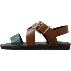 CLOSED Sandały emerald. Brązowe sandały damskie CLOSED, z materiału. W wyprzedaży za 767,20 zł.