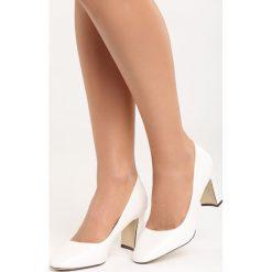 Białe Czółenka Classically. Białe buty ślubne damskie marki Born2be, na niskim obcasie, na słupku. Za 69,99 zł.