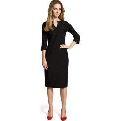 SIMONA Ołówkowa sukienka z przeszyciem po środku i zakładkami przy dekolcie - czarna. Czarne sukienki z falbanami Moe, do pracy, biznesowe, ołówkowe. Za 179,90 zł.
