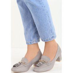 Szare Czółenka Gorin. Szare buty ślubne damskie Born2be, w paski, ze skóry, z okrągłym noskiem, na niskim obcasie, na słupku. Za 59,99 zł.