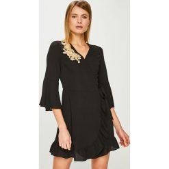 Answear - Sukienka. Szare sukienki mini marki ANSWEAR, na co dzień, l, z aplikacjami, z materiału, casualowe, oversize. Za 149,90 zł.