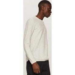 Swetry klasyczne męskie: Sweter z plisą na guziki – Jasny szar