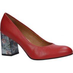 Czerwone czółenka skórzane na szerokim ozdobnym obcasie Casu 1651/583-598. Czerwone buty ślubne damskie marki Melissa, z kauczuku. Za 218,99 zł.