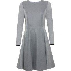 Sukienka. Czarne sukienki dzianinowe marki Simple, na spotkanie biznesowe, rozkloszowane. Za 489,90 zł.