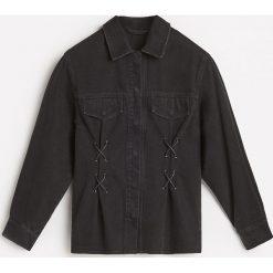 Koszula z gorsetowym wiązaniem - Czarny. Czarne koszule wiązane damskie Reserved, z gorsetem. W wyprzedaży za 79,99 zł.