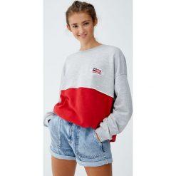 Dwukolorowa bluza z flagą. Szare bluzy damskie Pull&Bear. Za 89,90 zł.