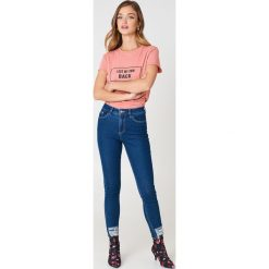Rut&Circle T-shirt My Own Back - Pink. Zielone t-shirty damskie marki Rut&Circle, z dzianiny, z okrągłym kołnierzem. Za 80,95 zł.