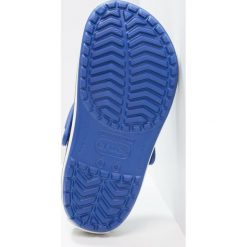 Crocs CROCBAND UNISEX Sandały kąpielowe cerulean blue/oyster. Różowe kąpielówki męskie marki Crocs, z materiału. Za 189,00 zł.
