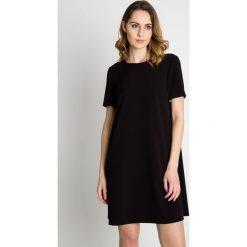 Czarna delikatna sukienka z krótkim rękawem BIALCON. Sukienki małe czarne marki numoco, do pracy, l, z nadrukiem, z elastanu, biznesowe, z kopertowym dekoltem, z długim rękawem, kopertowe. Za 259,00 zł.