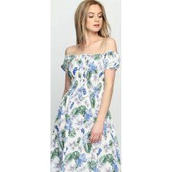 Biała Sukienka Single Day. Niebieskie sukienki letnie marki Reserved, z odkrytymi ramionami. Za 49,99 zł.