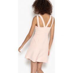 Sukienki hiszpanki: Krótka, dopasowana sukienka bez rękawów na szerokich ramiączkach