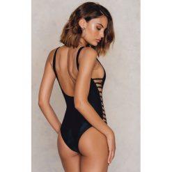 Stroje jednoczęściowe: NA-KD Swimwear Jednoczęściowy kostium kąpielowy z wycięciami po bokach – Black