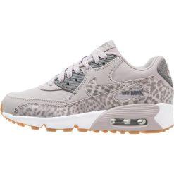 Nike Sportswear AIR MAX 90 LTR SE GG Tenisówki i Trampki atmosphere grey/gunsmoke/white. Szare trampki chłopięce Nike Sportswear, z gumy, klasyczne. W wyprzedaży za 375,20 zł.