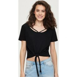 T-shirt z wiązaniem - Czarny. Białe t-shirty damskie marki Sinsay, l, z napisami. W wyprzedaży za 14,99 zł.