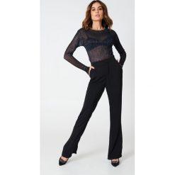 Spodnie z wysokim stanem: Hannalicious x NA-KD Spodnie garniturowe bootcut – Black