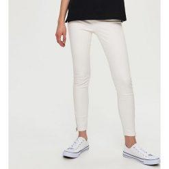 Spodnie damskie: Rurki z suwakami – Biały