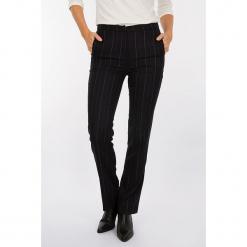 Spodnie w kolorze czarnym. Czarne spodnie z wysokim stanem marki Scottage, w paski. W wyprzedaży za 99,95 zł.