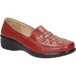 Czerwone półbuty na koturnie ażurowe Casu 57215-4. Czerwone półbuty damskie na koturnie Casu, w ażurowe wzory. Za 69,99 zł.