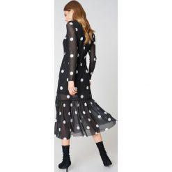 Qontrast X NA-KD Długa sukienka w kropki - Black. Czarne długie sukienki marki Qontrast x NA-KD, w kropki, z tkaniny, ze stójką, z długim rękawem. W wyprzedaży za 101,48 zł.