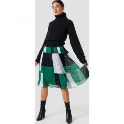 Rut&Circle Sweter z falbanką - Black. Zielone swetry klasyczne damskie marki Rut&Circle, z dzianiny, z okrągłym kołnierzem. Za 141,95 zł.