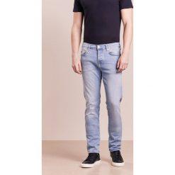 True Religion ROCCO Jeansy Slim Fit light blue washed. Niebieskie jeansy męskie regular True Religion, z bawełny. W wyprzedaży za 371,60 zł.