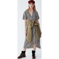 Sukienka midi w panterkę. Szare sukienki Pull&Bear, z motywem zwierzęcym, midi. Za 139,00 zł.