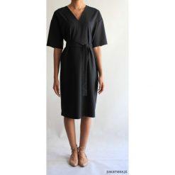 Sukienka CLASSY SUMMER SHORT BLACK. Czarne sukienki balowe marki Pakamera, na lato, z klasycznym kołnierzykiem, z krótkim rękawem, midi. Za 400,00 zł.