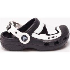 Crocs - Sandały dziecięce. Czarne sandały chłopięce marki Crocs, z materiału, z okrągłym noskiem. W wyprzedaży za 119,90 zł.